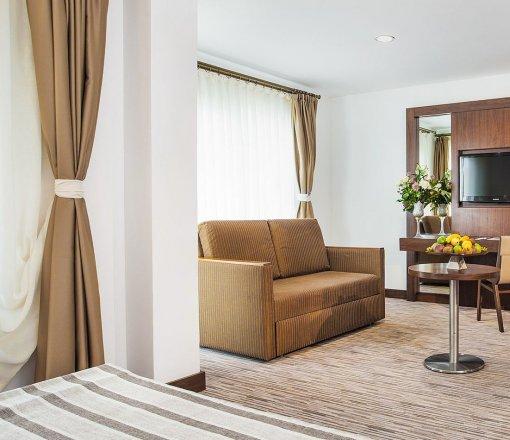 Otel odalarının dekorasyonunda görsellik ve işlevselliği çok önemli olan perde ve yatak örtüleri, kombinli olarak jakar dokuma, blackout ve tül kumaşlarımızdan yaptığımız uygulamalardır.<br /> <br /> <br />
