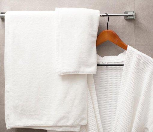 %100 cotton tek veya çift kat iplik ile dokunmuş,%100 hidrofilite uygulaması yapılmış ve kenarları çift dikişli olarak konfeksiyon edilmiş, armürlü veya jakarlı (otel logolu) havlularımız reactive veya indantheren boyalı olarak üretilmektedir.