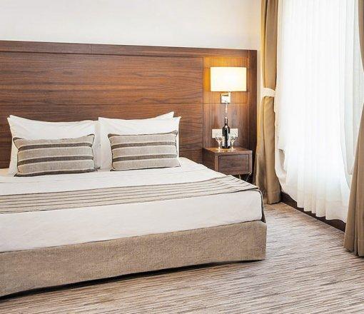 Yatak odalarında dekorasyonun bir parçası olarak uygulanan baza etekleri, perde ve yatak şalları ile uyumlu olarak astar geçmeli,ön ayak uçlarında ve yan uzun kenarlada pilikaşeli, yatak altında kaymayı önleyici uygulaması ile üretimi yapılan bir ürünümüzdür.